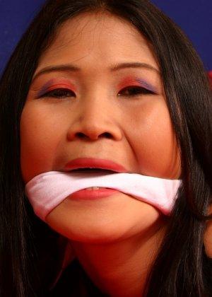 Мичико - азиатская красотка, которая показывает себя в связанном виде, она ничего не может сделать - фото 16