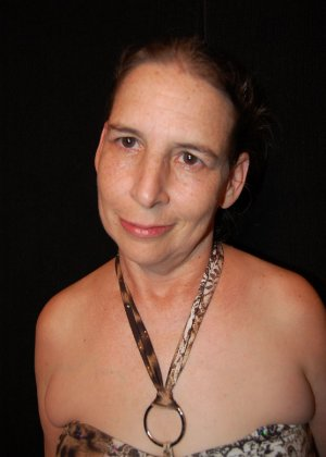 Зрелая телка с висящими сиськами стоит раком на кровати - фото 2- фото 2- фото 2