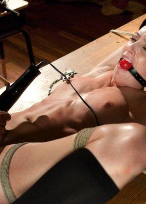 Рисковая дамочка разрешает испытывать свое тело на прочность с помощью некоторых предметов - фото 15