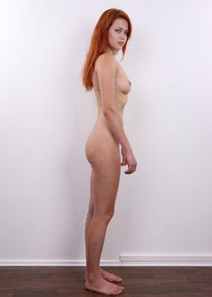 Рыжеволосая молоденькая девчонка пробует себя на порно кастинге - фото 11