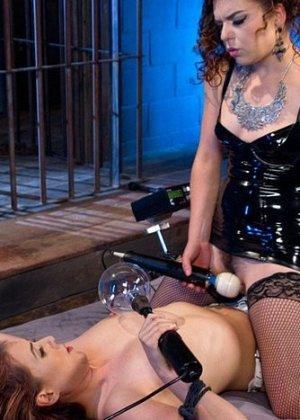 Рыжая дамочка соглашается на жесткое порево, подруга связывает ее и терзает вагину мощным вибратором - фото 14