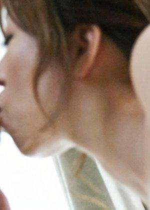 Сексуальная девушка с Японии облизывает яйца и глоотает сперму - фото 35