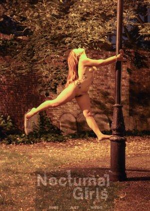 Изабель Дин – девушка без комплексов, поэтому показывает свои прелести прямо на фоне ночного города - фото 8