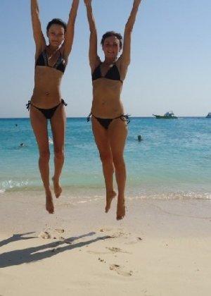 Фото красивых девушек которые отдыхают на море и наслаждаются диким кайфом - фото 23