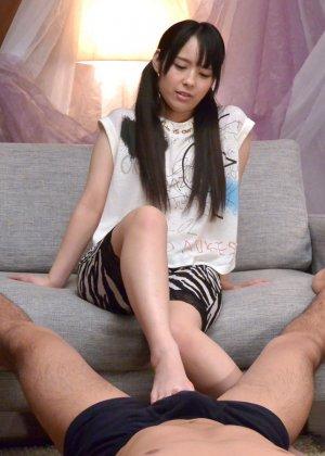 Азиатская телка ножками мастурбирует член своему парню а тот делает куник - фото 6
