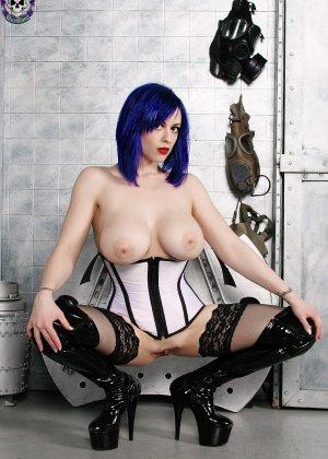 Женщина с синими волосами оголяет свой бюст и показывает розовую промежность крупным планом - фото 15