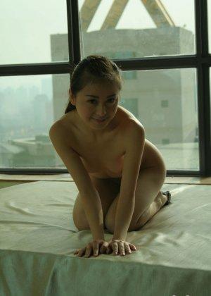 Худенькая азиатка блещит перед камерой своей мелкой грудью - фото 2