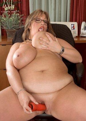 Женщина с огромными формами просто поражает своей внешностью, у нее нереальные объемы - фото 15