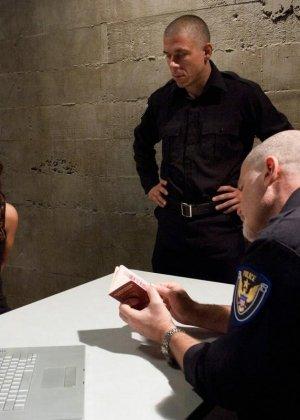 Полицейские допрашивают подозреваемую особенным методом, ей необходимо ответить на все вопросы или киска устанет от порева - фото 6