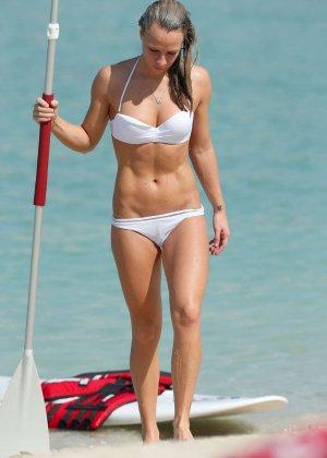 На пляже телка с маленькими формами позирует перед камерой папараци - фото 14