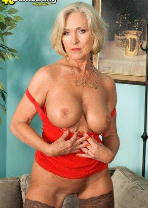 Женщина в преклонном возрасте показывает свое хорошее тело - фото 6- фото 6- фото 6