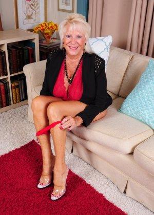 Зрелая американская леди показывает свою большую грудь и светит своими стопами с маникюром - фото 9