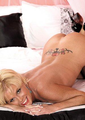 Зрелая блондинка с натуральной грудью показывает свои шикарные дойки - фото 4