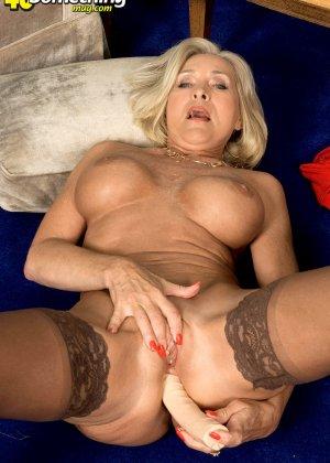 Женщина в преклонном возрасте показывает свое хорошее тело - фото 16- фото 16- фото 16
