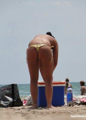На пляже в объектив камеры попала дамочка, которая любит загорать без верхней части купальника - фото 7