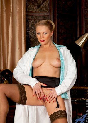 Сочная медсестра занимается мастурбацией своей промежности у себя в кабинете - фото 6