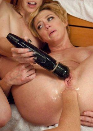 В сауне три развратные телочки развлекаются с анусами друг друга, используя разные секс-игрушки - фото 1