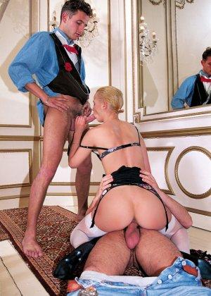 Сексуальная худая блондинка в белых чулках делает аппетитный минет пареньку - фото 7