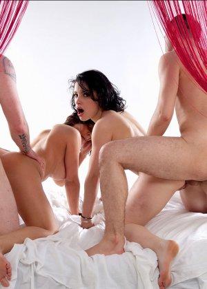 Свингеры обменялись партнерами и устроили страстную еблю на кровати - фото 10