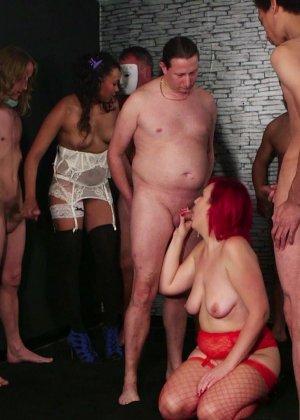 Развратная женщина с необычной внешностью показывает свою смелость в сексуальном плане - фото 3