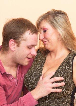 Два молодых парня стараются угодить зрелой женщине, ублажая ее с помощью нежных ласк - фото 10