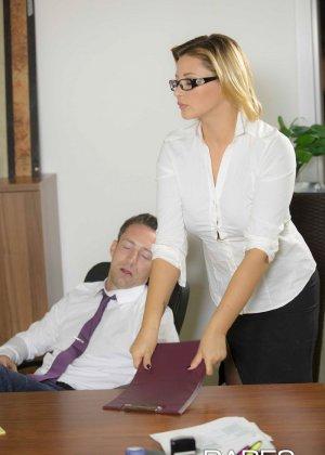 Анна Полина принесла отчет своему пьяному шефу и решила помочь ему протрезветь, трахнувшись с ним - фото 3
