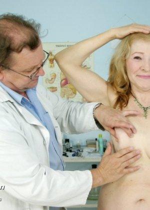 Женщина приходит к врачу, чтобы позволить осмотреть себя с ног до головы – ей это даже нравится - фото 3