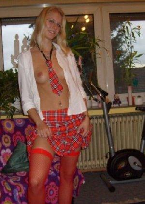 Блондинка в униформе показала свою маленькую грудь и гладкую попку - фото 5