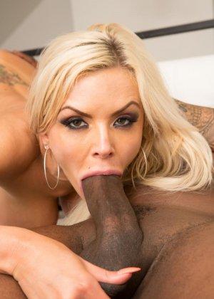 Блондинка Моника обожает глотать тепленькую сперму которая накопилась у негров - фото 11