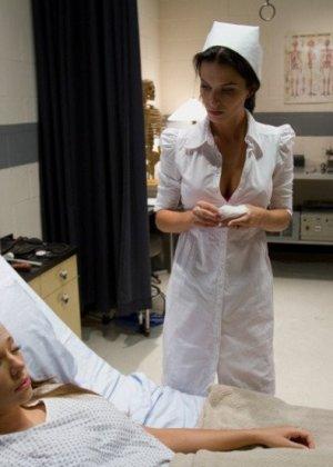 Тяжелобольной девушке срочно требуется твердый страпон в мокрой пизде, медсестра пришла ей на помощь и отымела даже задницу - фото 2