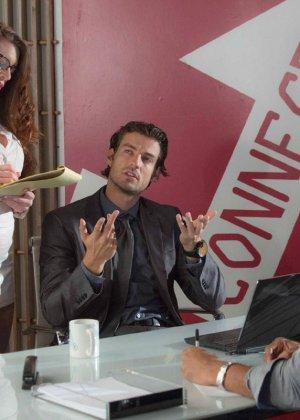 Вероника Вайн привлекает внимание своего босса и он ведется на ее сексуальность – трахает ее прямо в кабинете - фото 1