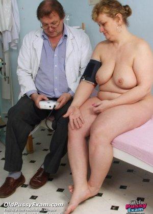 Женщина приходит на осмотр к врачу и не ожидает, что ее так тщательно будет разглядывать мужчина - фото 3