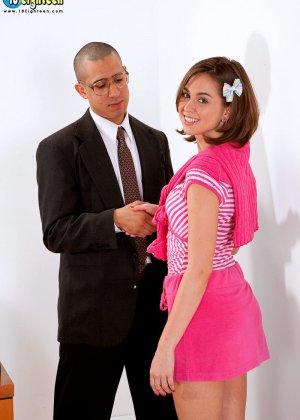 Миловидная брюнетка успешно прошла собеседование, трахнувшись со своим будущим работодателем - фото 1