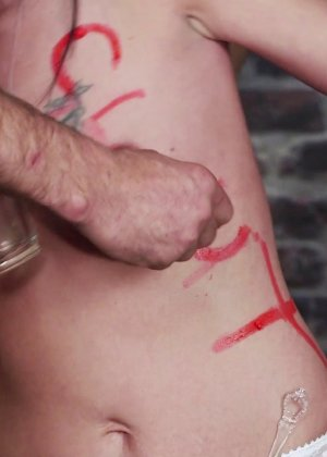 Два паренька заставили глотать сперму свою худенькую брюнетку - фото 5