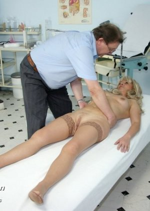 Женщина оказывается на приеме у гинеколога и раздвигает ноги для очень тщательного осмотра - фото 6