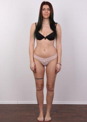 Очень красивая молодая девушка оголяет свое красивое тело перед камерой - фото 4