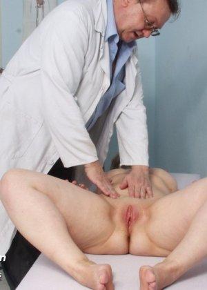 Женщина в возрасте приходит на прием к врачу и получает удовольствие от тщательного осмотра - фото 5