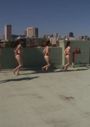 Несколько развратниц подставляют свои тела для сумасшедших испытаний и готовы вытерпеть многое - фото 6
