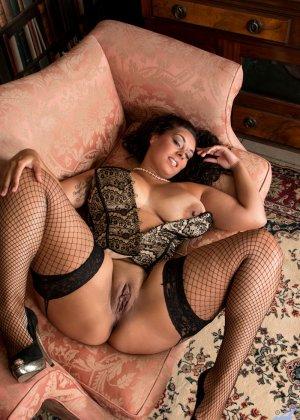 Сисястой Анилос захотелось порадовать мужа классным стриптизом, она знает, как он реагирует на эротическое белье - фото 12- фото 12- фото 12