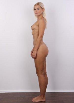 Блондинка с упругими сиськами сняла с себя всю одежду на порно кастинге - фото 10