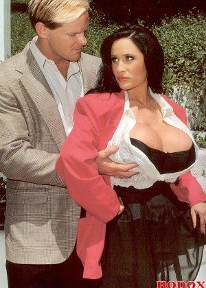 Брюнетка с огромной грудью соблазняет мужчину и он с большой страстью овладевает ее телом - фото 2