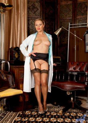 Сочная медсестра занимается мастурбацией своей промежности у себя в кабинете - фото 5