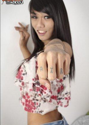 Азиатка с большим членом на месте пизды улыбается перед камерой - фото 1