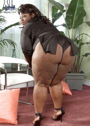 Очень большие сиськи всегда привлекают внимание, эта пышная негритянка потрясет своими дойками - фото 1