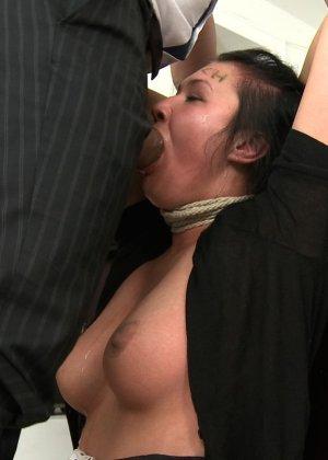 Брюнетку на кастинге отымели три мужика которые кончили той на лицо - фото 8