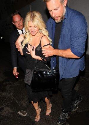 Развратную блондинистую актрису проводит к машине её хахаль - фото 13