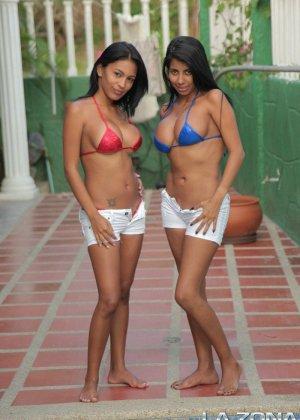Две сексапильные подруги фотографируются на фоне бассейна в аквапарке, телки просто бомба - фото 2