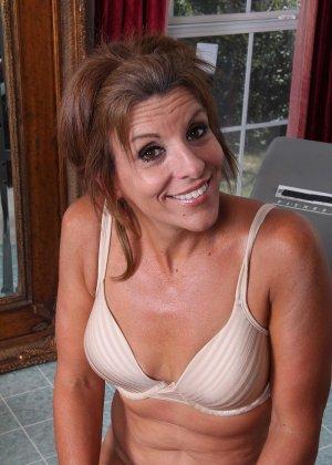 Женщина в зрелом возрасте показывает, как для нее важно сохранять идеальную форму с помощью спорта - фото 8