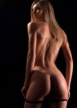 С красивой и гладкой пиздой милашка показывает свои достоинства - фото 15- фото 15- фото 15