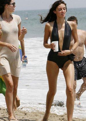 Красивые девушки с сексуальными телами занимаются пробежкой по пляжу - фото 1